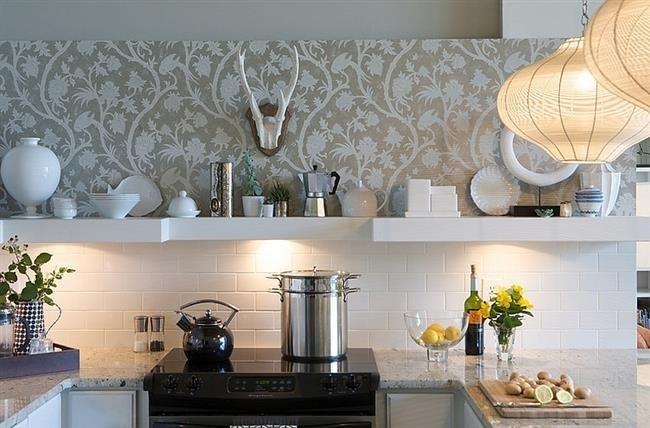 tapet-decorativ-aplicat-pe-perete-deasupra-blatului-de-lucru-din-bucatarie