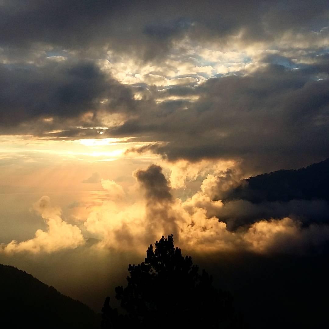 Rasarit de soare vazut de pe terasa Refugiului A, Muntele Olimp.