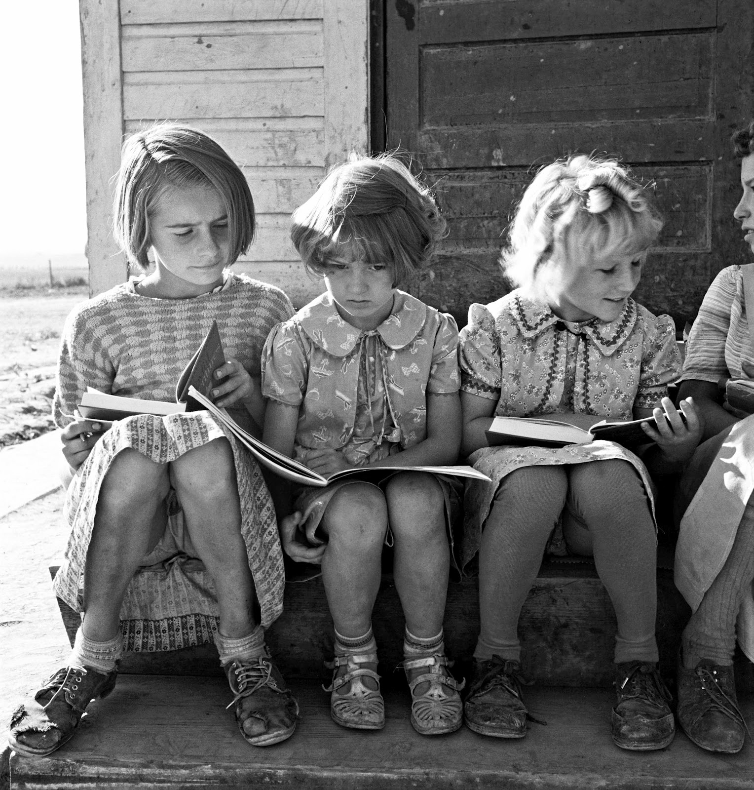 Dorothea-Lange-Girls-of-Lincoln-Bench-School-study-their-reading-lesson.-Near-Ontario-Malheur-County-Oregon-1939