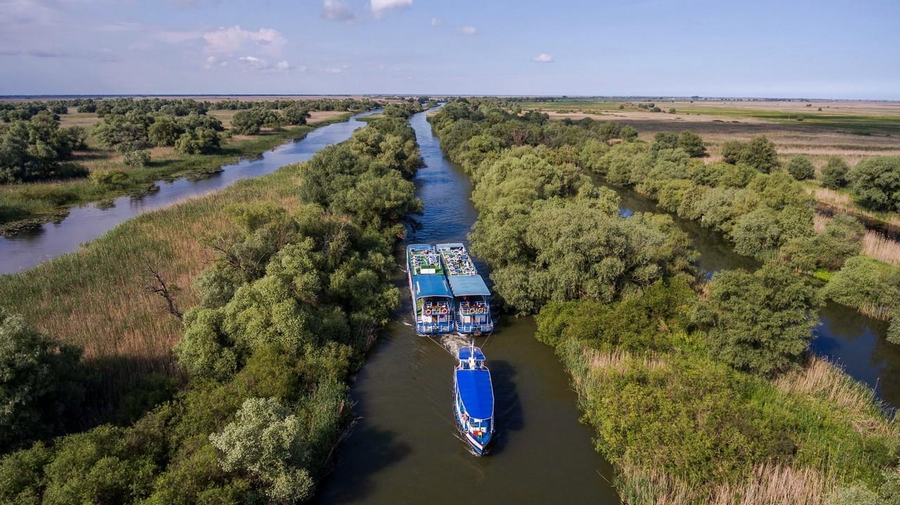 Plimbare-cu-Hotelurile-Plutitoare-pe-canalele-din-Delta